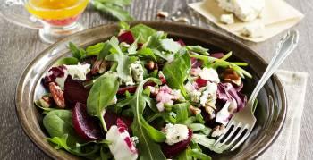 Ein frischer Salat mit saisonalem Blattgemüse sorgt für einen Vitamin-Kick im Winter (Foto: Lesya Dolyuk/Shutterstock.com)
