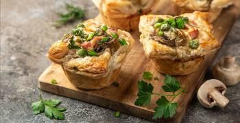Probier doch mal diese leckeren Blätterteigtörtchen mit Champignon-Puten-Füllung (Foto: Anna Shepulova/Shutterstock.com)