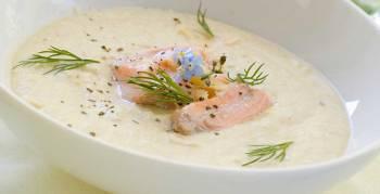 Lachstatar und Kräuter verfeinern die Kartoffelsuppe (Foto: Wiktory/Shutterstock.com)