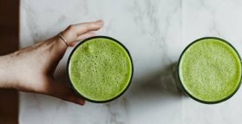 Dieser Spinat-Apfel-Smoothie ist lecker, gesund und im Handumdrehen fertig. Pointer verrät dir das Rezept (Foto: Alex Ivrs/Unsplash.com)
