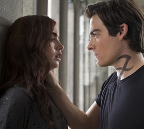 Alec (Kevin Zegers) vertraut Clary (Lily Collins) nicht (Foto: Constantin Film)