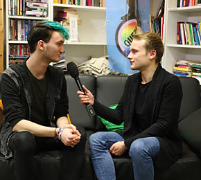 Pointer-Reporter Justus (r.) spricht mit Christof Martins vom Queer-Referat der Uni Hamburg (Foto: Josef Hiemann/Public Address)