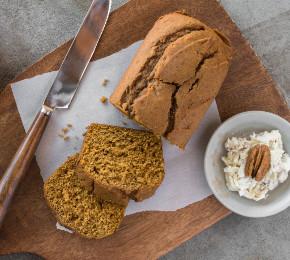 Kürbisbrot mit süßer Pecannuss-Butter schmeckt an einem Herbstmorgen besonders lecker (Foto: Michelle Lee Photography/Shutterstock.com)