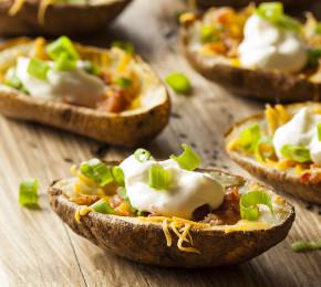 Mexiko meets Deutschland: Diese Taco-Kartoffeln sind das ideale Fusion-Food (Foto:  Brent Hofacker/Shutterstock.com)