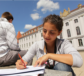 Die Uni Greifswald behält vorerst ihren umstrittenen Namen (Foto: <a href=&quot;https://www.flickr.com/photos/campus-of-excellence/5122826973/in/photolist-o7jRt6-o96R9a-awV2a1-awSixi-8NJ7wQ-8NF3GK-8NJ9eL-8NGSG5-5uyGbP-jcxpvt-8NFPYZ-8NJHCf-8NFzEF-hjK6Wo&quot; target=&quot;_blank&quot;>An der Uni Greifswald</a> von <a href=&quot;https://www.flickr.com/photos/campus-of-excellence/&quot; target=&quot;_blank&quot;>CAMPUS OF EXCELLENCE</a> lizensiert durch <a href=&quot;https://creativecommons.org/licenses/by-nd/2.0/&quot; target=&quot;_blank&quot;>CC BY-ND 2.0</a>)